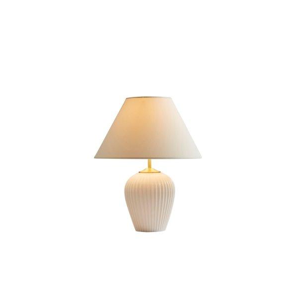 Hvid keramik lampe med hvid skærm.